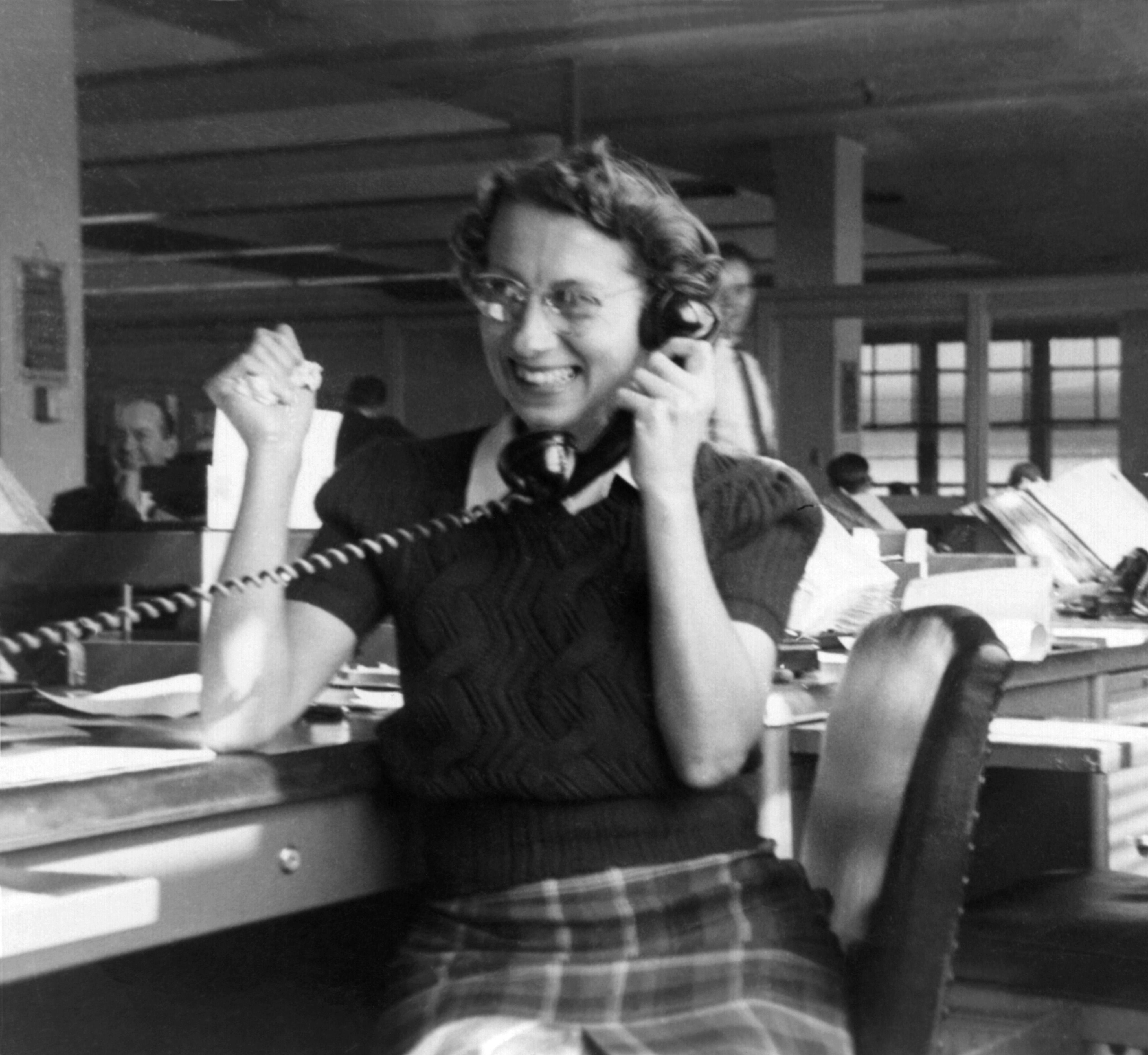 Vintage bilde av kvinne som bruker telefon på kontoret