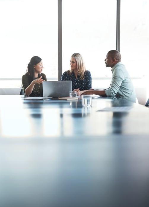 Tre kollegaer i et møte