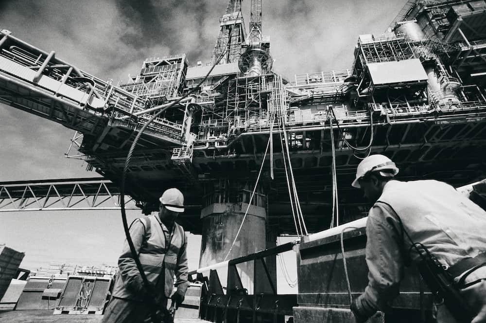 To mænd på industriel platform